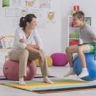 Czy siedzenie na piłce jest zdrowe? Co daje siedzenie na piłce rehabilitacyjnej?